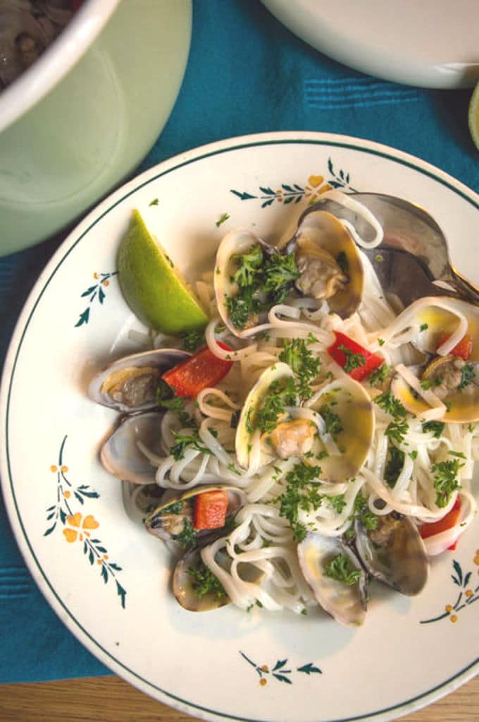 Clams with Peppers over Rice Noodles | mygutfeeling.eu