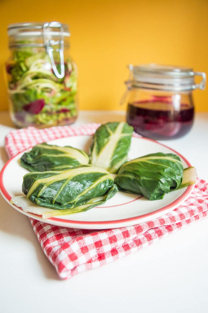 Stuffed Chard with Salad in a Jar + Quick Pickled Beets / mygutfeeling.eu #vegan