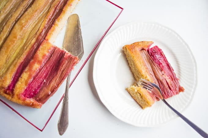 Rhubarb and Olive Oil upside-down Cake / mygutfeeling.eu