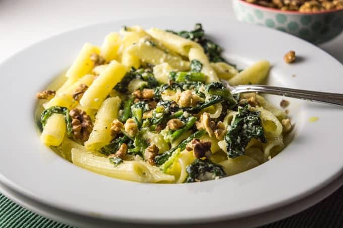 Receita low FODMAP e deliciosa de massa com espinafres, ricota e nozes.