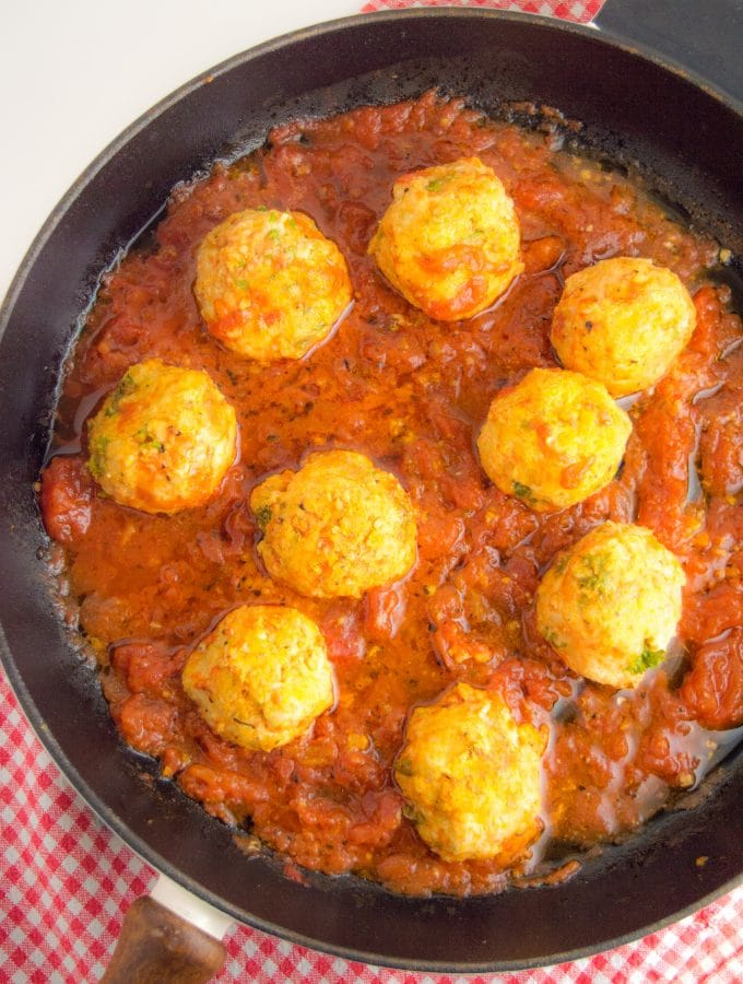 Frigideira de ferro fundido com nove almôndegas de peru em molho de tomate