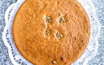 Um bolo redondo decorado com nozes
