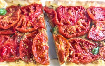 Uma tarte de tomate cortada a meio