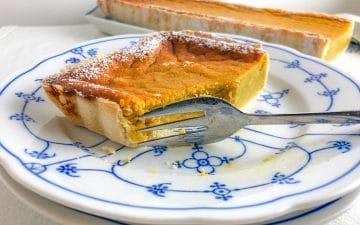Fatia de tarte de abóbora, cortada com um garfo