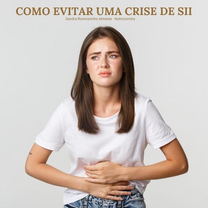 rapariga com as mãos na barriga, com expressão de dor