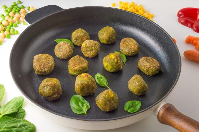 almôndegas vegetarianas numa frigideira de ferro fundido