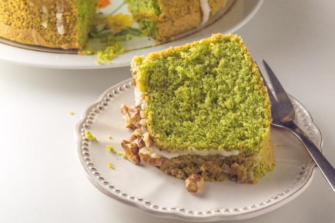 Fatia de bolo verde num prato