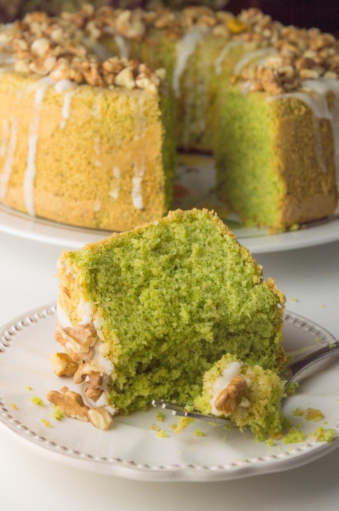faria de bolo verde e bolo no fundo