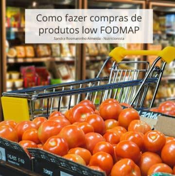 Bancada de supermercado com tomates e carrinho de compras ao fundo