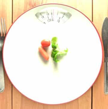 uma montagem de um prato em forma de balança com legumes