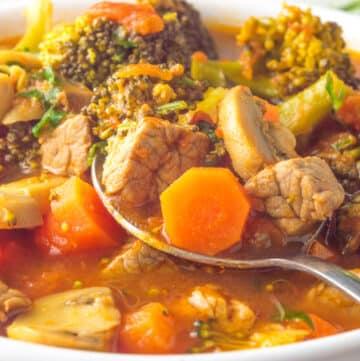 plano próximo de carne estufada com legumes