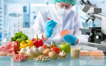 alimentos testados num laboratório por um técnico