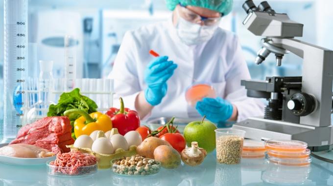técnico num laboratório a testar alimentos