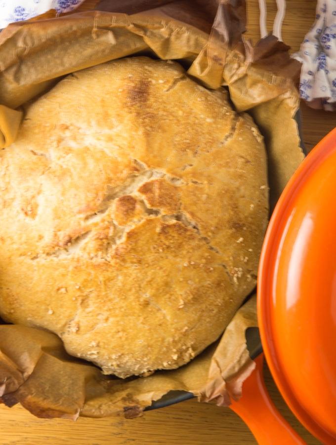 plano próximo de um pão em tacho de ferro