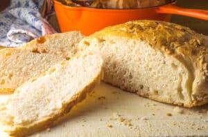 pão fatiado com tacho laranja no fundo