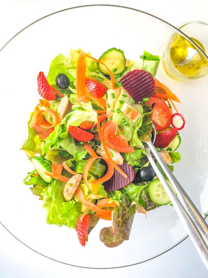 taça com ingredientes low fodmap de salada e molho numa taça pequena