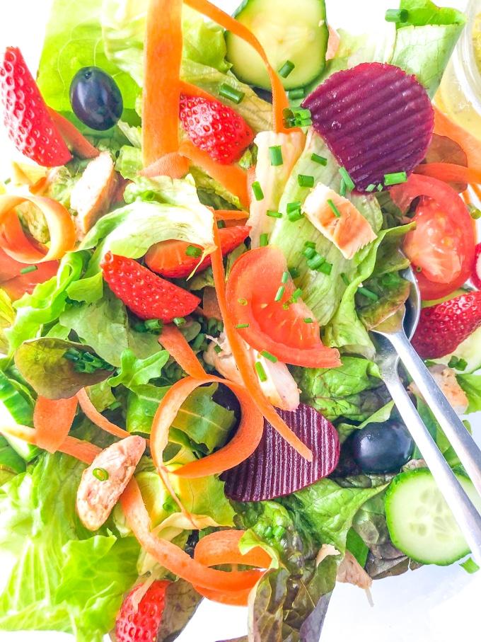 plano próximo dos ingredientes de uma salada low fodmap