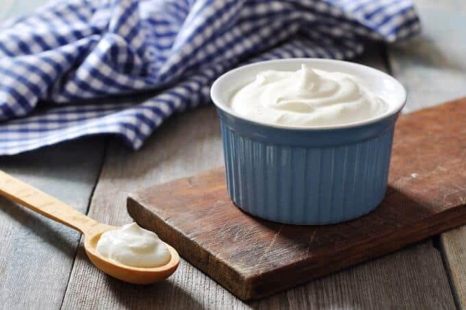 taça azul e colher com iogurte grego
