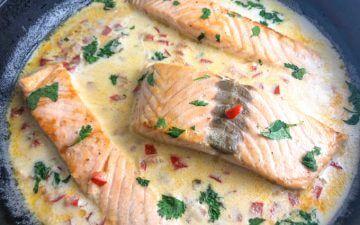 três postas de salmão numa frigideira com leite de coco