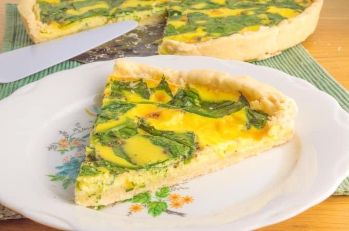 fatia de tarte de espinafres e queijo com tarte no fundo