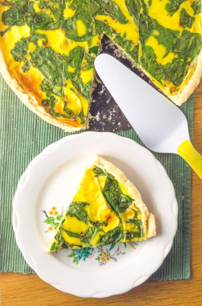 fatia e tarte de espinafres e queijo lado a lado
