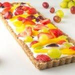 tarte de fruta low fodmap inteira com fruta espalhada