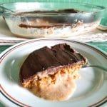 fatia de delícia de bolacha e chocolate num prato com travessa ao fundo